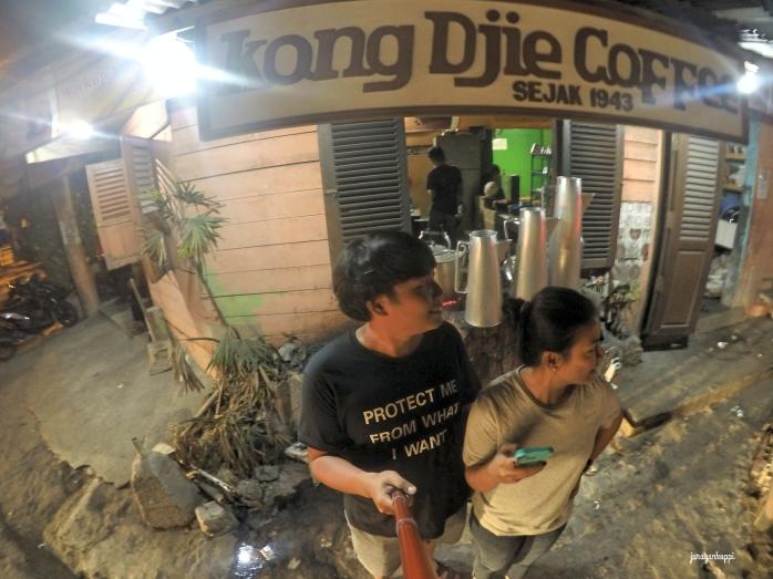 Mejeng ala ala di Kopi Kong Djie